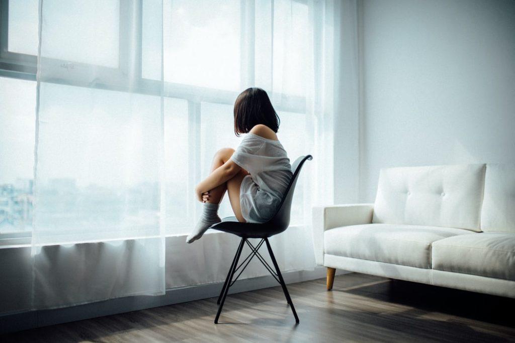 鬱で悩んでいる人の画像