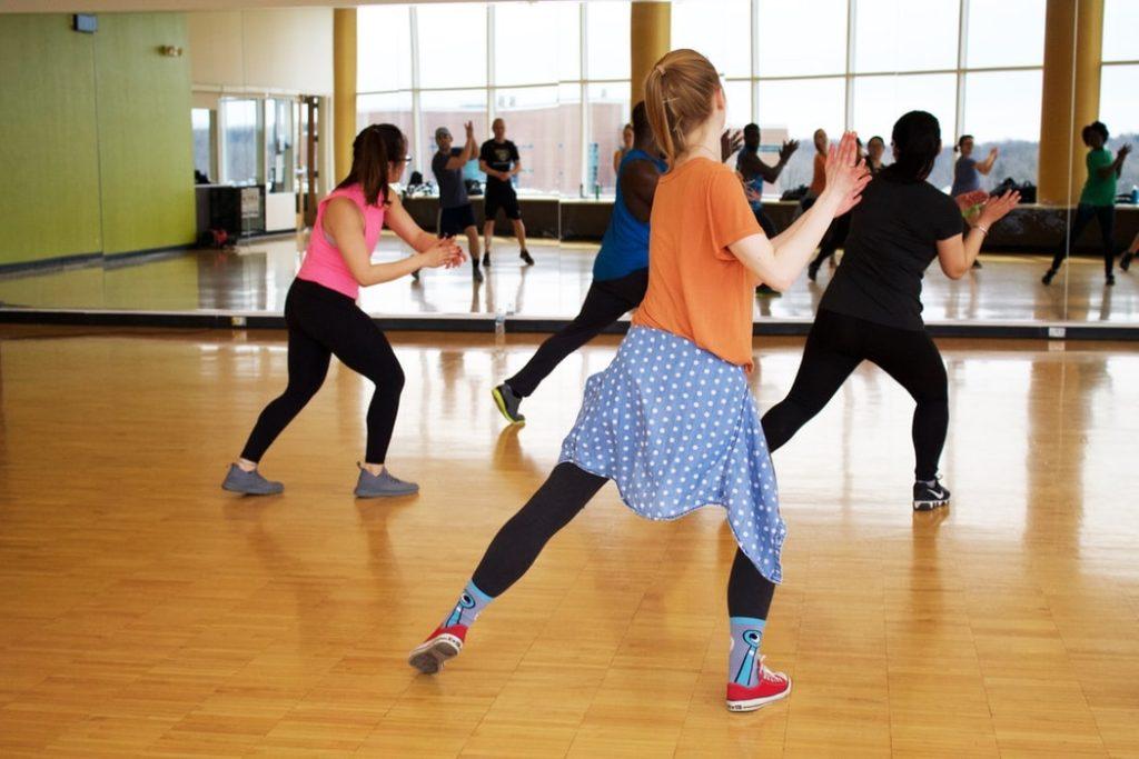 ダンス練習をする人々